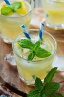 frischer Cocktail mit Soda, Zitrone und Minze foto