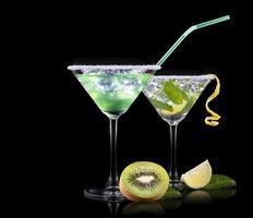 Alkoholcocktail auf einem schwarzen gesetzt foto