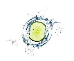 Limettenscheibe in Wasserspritzer - ausgezeichnete Qualität foto