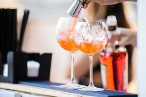 Barmann bereitet einen Cocktail zu foto