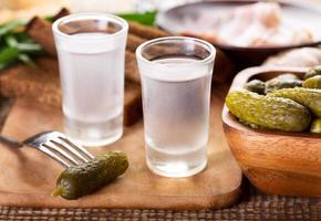 Gläser Wodka mit verschiedenen Snacks foto