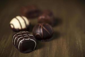 Luxus belgische Milch, weiße und dunkle Schokoladentrüffel foto