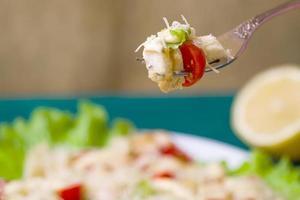 Caesar Salat auf einem Servierteller auf einem Tisch foto
