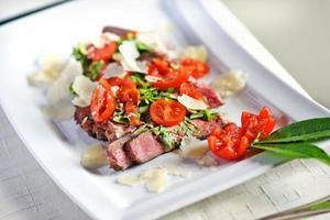 Steak in Scheiben geschnitten gegrillt foto