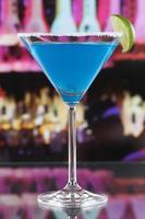 blauer Curaçao-Cocktail im Martini-Glas in einer Bar