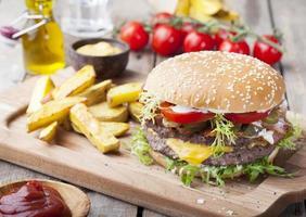 Burger, Hamburger mit Pommes Frites, Ketchup, Senf und frischem Gemüse foto