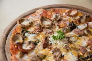 Pizza mit einem Belag aus Peperoni und Wurst foto
