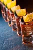 Tequila und Limette auf Glastisch