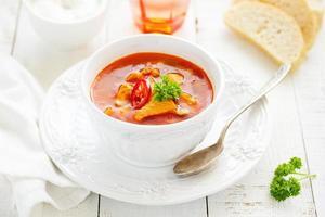 Kharcho-Suppe mit Huhn und Reis. foto
