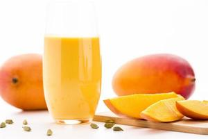 Mangostücke, Kardamom und Fruchtshake schneiden foto