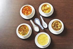 Kochzutaten und chinesische Suppe foto
