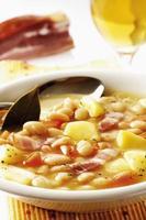 weiße Bohnensuppe mit Kartoffeln und Speck