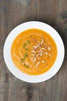 Karottensuppe mit Mandeln, Draufsicht foto