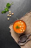 Karottensuppe mit Kichererbsen foto