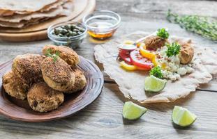 Vorspeise mit Falafel, Quark und Gemüse foto