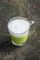 grüner Tee auf Holz foto