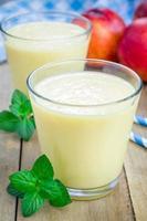 hausgemachter Pfirsich, Joghurt und Honig Smoothie foto