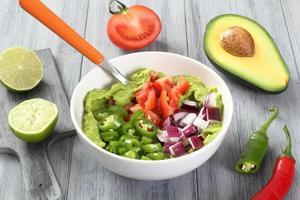 Guacamole-Zubereitung auf grauem Tisch foto