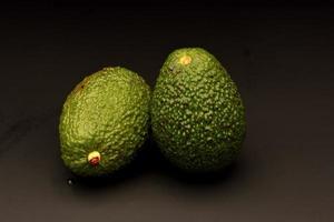 Avocado auf schwarzem Hintergrund foto
