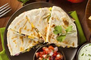 hausgemachter Käse und Bohnen Quesadilla foto