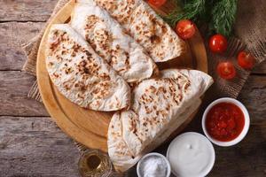 Quesadilla mit Tomaten Nahaufnahme. horizontale Draufsicht foto