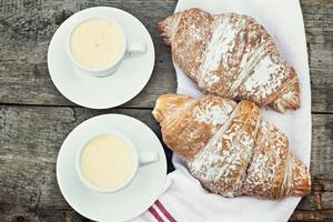"""Tasse Kaffee """"Espresso"""" und Croissant. foto"""