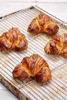 Croissant gefüllt mit Mohn foto