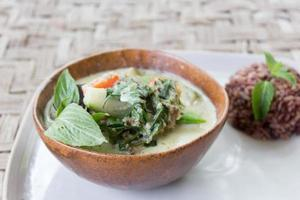grünes thailändisches Curry mit braunem Reis foto