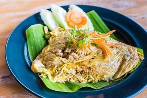 grüner Curryreis in Eierverpackung foto