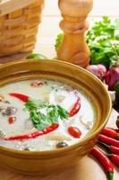 Kokosmilchsuppe nach thailändischer Art mit Hühnchen foto