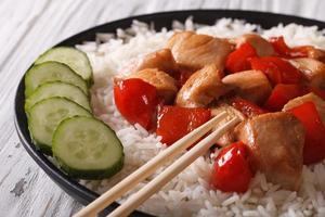 Reis mit Huhn und Gemüse Nahaufnahme. horizontal
