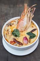 thailändische würzige Suppe. Tom Yum Koong Thai scharfes Essen.