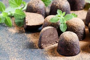 hausgemachte Schokoladentrüffel mit Minze foto