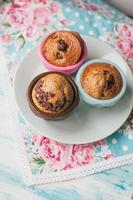 drei frisch gebackene Schokoladensplitter-Muffins foto