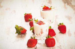 flauschig und voller Vitamine gesunde Erdbeeren auf weißem Holz foto