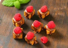 Mini-Lebkuchenquadrate mit geschmolzener Schokolade foto