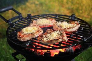 Schweinekoteletts auf einem Grill foto
