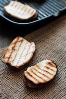 Crostini mit gebratenem Käse auf dem Grill foto