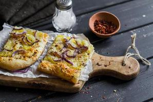 einfache rustikale knusprige Torte mit Kartoffeln, Käse und roten Zwiebeln. foto