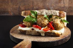 Sandwich mit Risotto Arancini Bällchen und Käsemozzarella foto
