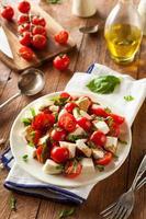 hausgemachter gesunder Caprese-Salat foto