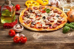 Pizza mit Zutaten foto