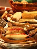 Corn Tamale serviert mit anderen mexikanischen Gerichten foto