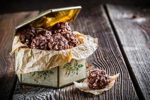 süße Schokoladenbällchen mit Cornflakes und Milch foto