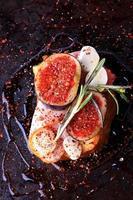 Sandwich mit Speckfeigen mit Mozzarella und würzig mit Rosmarin foto