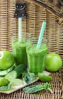 grüner Smoothie aus Spinat, Apfel, Gurke und Limette foto