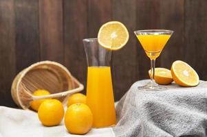 Stillleben mit Orangensaft foto