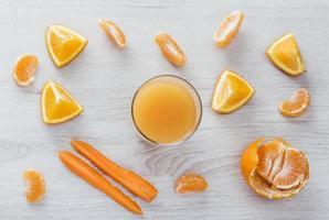 Orangen-, Mandarinen- und Karottensaft foto