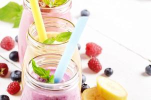 verschiedene Fruchtshakes auf weißem Tisch foto