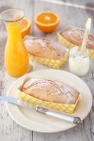 Kuchen mit Orange und Naturjoghurt auf dem weißen Tisch foto